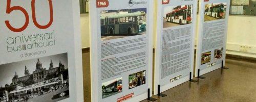 La exposición de los 50 años de autobuses articulados se expone en los centros de trabajo